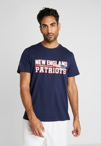 New Era - NFL STACKED WORDMARK TEE NEW ENGLAND PATRIOTS - T-shirt imprimé - oceanside blue - 0