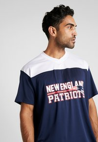 New Era - NFL STACKED WORDMARK OVERSIZED TEE NEW ENGLAND PATRIOTS - T-shirt con stampa - oceanside blue - 3