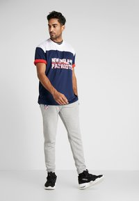 New Era - NFL STACKED WORDMARK OVERSIZED TEE NEW ENGLAND PATRIOTS - T-shirt con stampa - oceanside blue - 1