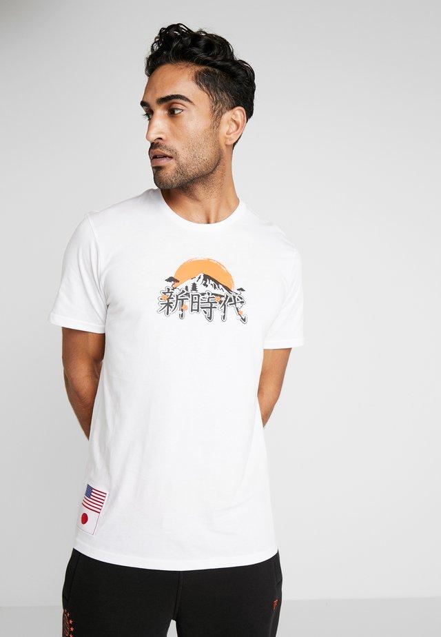 FAR EAST GRAPHIC TEE - T-shirt print - optic white