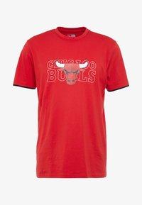 New Era - NBA GRAPHIC TEE CHICAGO BULLS - T-shirt med print - front door red - 4