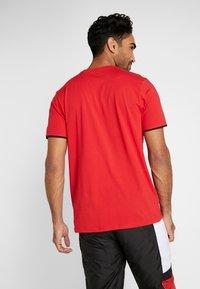New Era - NBA GRAPHIC TEE CHICAGO BULLS - T-shirt med print - front door red - 2