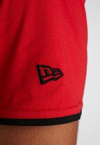 New Era - NBA GRAPHIC TEE CHICAGO BULLS - T-shirt med print - front door red - 5