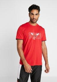 New Era - NBA GRAPHIC TEE CHICAGO BULLS - T-shirt med print - front door red - 0