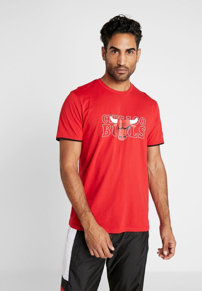 New Era - NBA GRAPHIC TEE CHICAGO BULLS - T-shirt med print - front door red