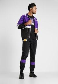 New Era - NBA LOGO REPEAT TEE LOS ANGELES LAKERS - Print T-shirt - black - 1