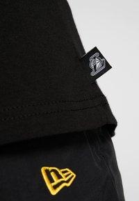 New Era - NBA LOGO REPEAT TEE LOS ANGELES LAKERS - Print T-shirt - black - 5