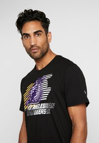 New Era - NBA LOGO REPEAT TEE LOS ANGELES LAKERS - T-shirt med print - black - 3