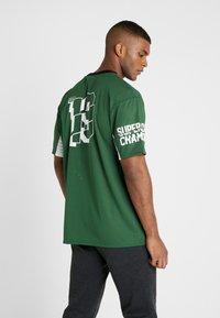 New Era - NFL TEE BAY PACKERS - Klubbkläder - cilantro green - 2