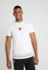 New Era - NBA WRAP AROUND TEE CHICAGO BULLS - Klubbkläder - optic white - 0
