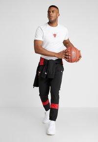 New Era - NBA WRAP AROUND TEE CHICAGO BULLS - Klubové oblečení - optic white - 1