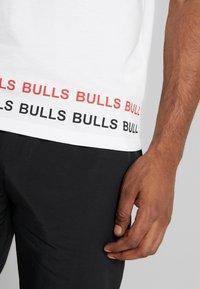 New Era - NBA WRAP AROUND TEE CHICAGO BULLS - Klubbkläder - optic white - 5