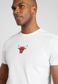 New Era - NBA WRAP AROUND TEE CHICAGO BULLS - Klubbkläder - optic white - 3