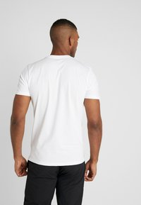 New Era - NBA WRAP AROUND TEE CHICAGO BULLS - Klubbkläder - optic white