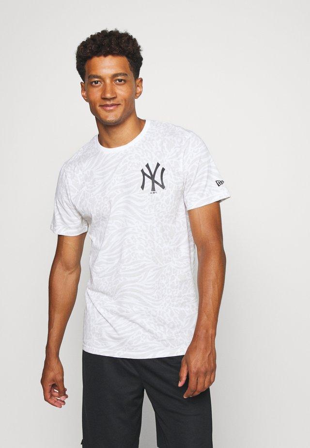 ALL OVER PRINT TEE NEW YORK YANKEES - T-shirt med print - white