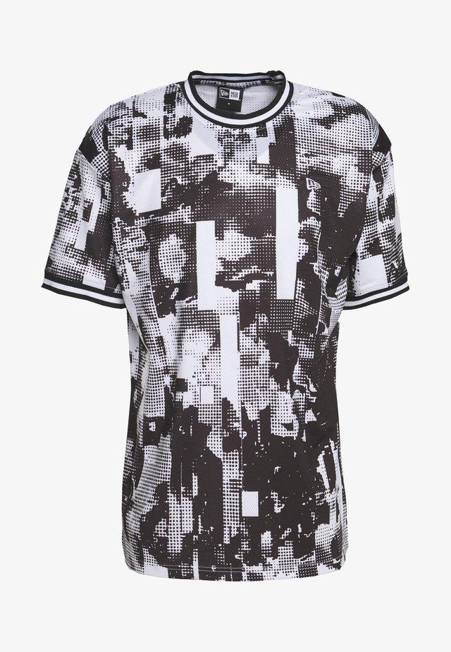 NEW ERAOVERSIZED TECH TEE - T-shirt med print - white