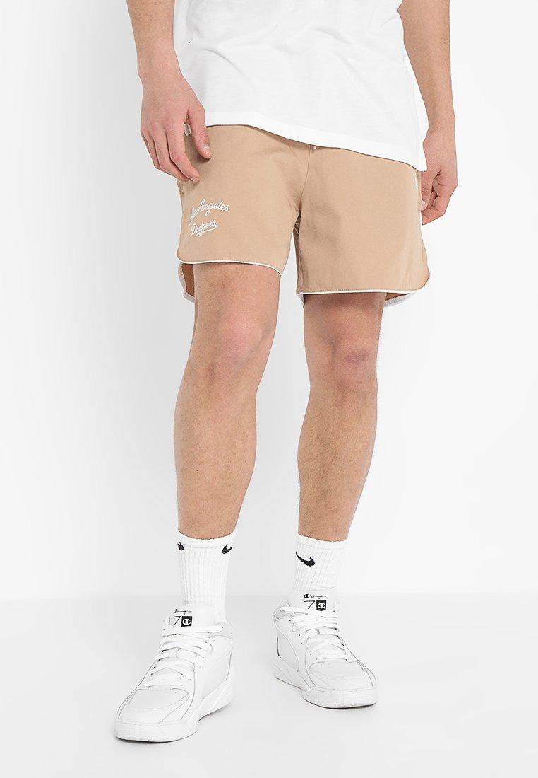 New Era - SCRIPT SHORT - kurze Sporthose - beige