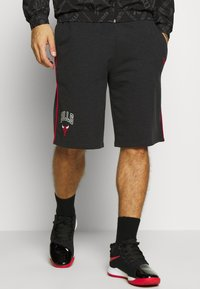 New Era - NBA PIPING SHORT CHICAGO BULLS - Krótkie spodenki sportowe - dark grey - 2