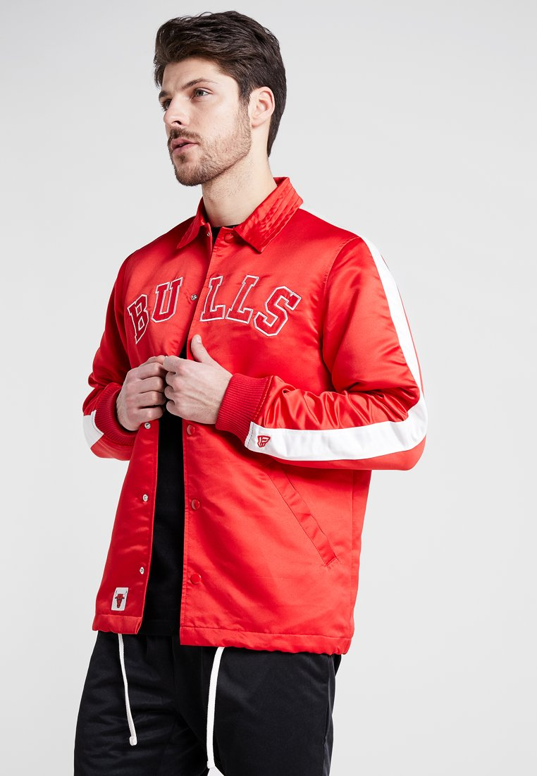 New Era - NBA CHICAGO BULLS WORDMARK COACHES JACKET - Fanartikel - front door red