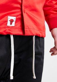 New Era - NBA CHICAGO BULLS WORDMARK COACHES JACKET - Club wear - front door red - 5