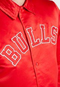 New Era - NBA CHICAGO BULLS WORDMARK COACHES JACKET - Club wear - front door red - 3