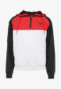 New Era - NBA CHICAGO BULLS HOODED  - Tuulitakki - white/black/front red - 3
