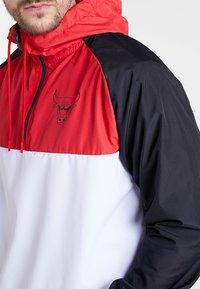 New Era - NBA CHICAGO BULLS HOODED  - Tuulitakki - white/black/front red - 4