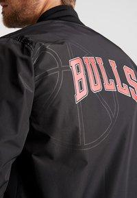 New Era - NBA CHICAGO BULLS TEAM LOGO BOMBER - Trainingsvest - black - 5