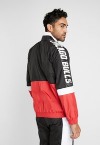 New Era - NBA COLOUR BLOCK TRACK JACKET CHICAGO BULLS - Club wear - black/front door red/optic white - 2