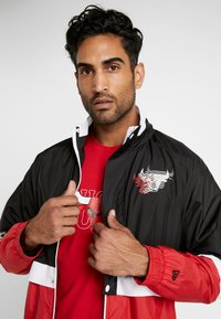 New Era - NBA COLOUR BLOCK TRACK JACKET CHICAGO BULLS - Club wear - black/front door red/optic white - 3