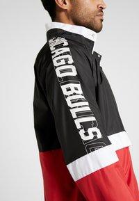 New Era - NBA COLOUR BLOCK TRACK JACKET CHICAGO BULLS - Pelipaita - black/front door red/optic white - 4