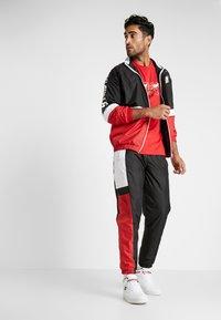 New Era - NBA COLOUR BLOCK TRACK JACKET CHICAGO BULLS - Pelipaita - black/front door red/optic white - 1