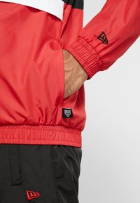 New Era - NBA COLOUR BLOCK TRACK JACKET CHICAGO BULLS - Club wear - black/front door red/optic white - 6