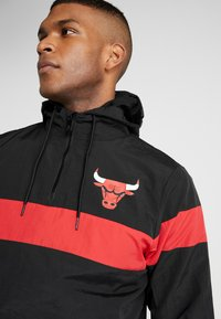 New Era - NBA WINDBREAKER CHICAGO BULLS - Article de supporter - black/front door red - 4