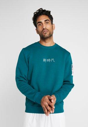 FAR EAST CREW NECK - Sweatshirt - midnite green