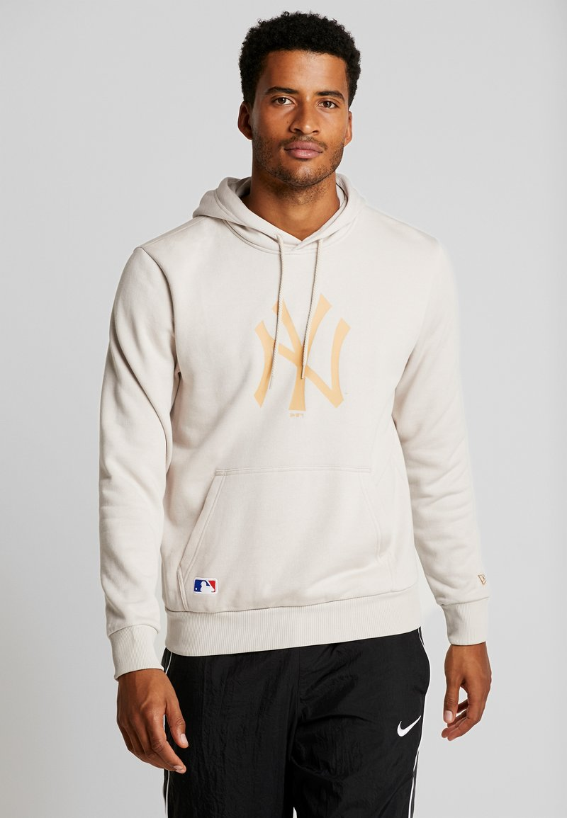 New Era - MLB NEW YORK YANKEES SEASONAL TEAM LOGO HOODY - Equipación de clubes - sand