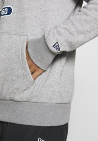 New Era - NFL GRAPHIC HOODY NEW ENGLAND PATRIOTS - Klubové oblečení - grey - 5