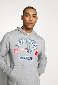 New Era - NFL GRAPHIC HOODY NEW ENGLAND PATRIOTS - Klubové oblečení - grey - 3
