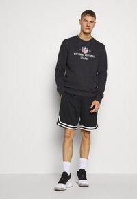 New Era - NFL LEAGUE ESTABLISHED CREW NFL GENERIC LOGO - Sweatshirt - dark grey - 1