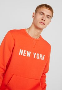 New Era - NBA WORDMARK CREW NEW YORK KNICKS - Article de supporter - rush orange - 3