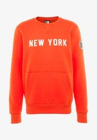 New Era - NBA WORDMARK CREW NEW YORK KNICKS - Article de supporter - rush orange - 5