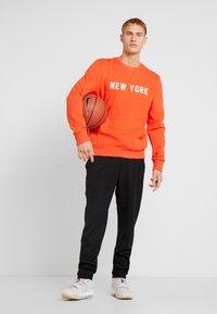 New Era - NBA WORDMARK CREW NEW YORK KNICKS - Article de supporter - rush orange - 1