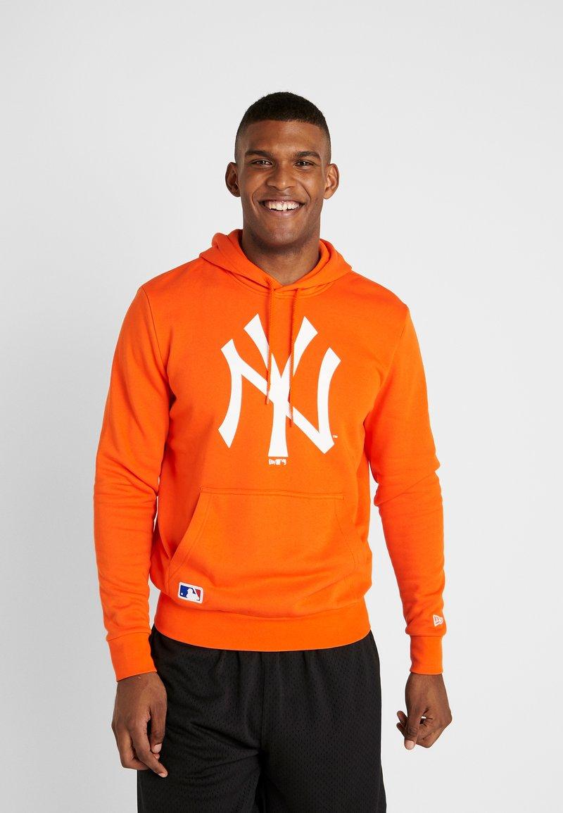 New Era - MLB SEASONAL TEAM LOGO HOODY NEW YORK YANKEES - Hoodie - rush orange