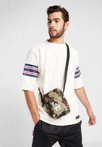 New Era - MLB SIDE BAG - Taška spříčným popruhem - multi-coloured - 1