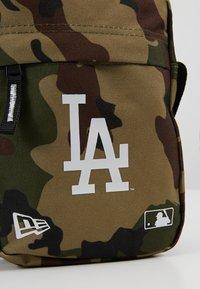 New Era - MLB SIDE BAG - Taška spříčným popruhem - multi-coloured - 6