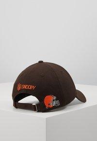New Era - NFL PEANUTS - Klubové oblečení - brown - 3