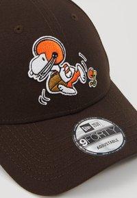 New Era - NFL PEANUTS - Klubové oblečení - brown - 2