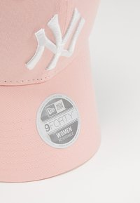 New Era - WOMENS LEAGUE ESSENTIAL 9FORTY - Cappellino - pink - 5