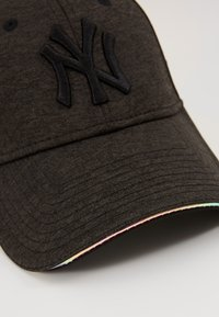 New Era - FEMALE WMNS IRIDESCENT 9FORTY - Cap - new york yankees blk - 2