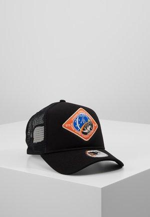 ISA X NEW ERA TRUCKER - Cappellino - black